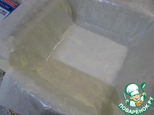 Подготовить форму (20/20 см): застелить пекарской бумагой. Бумагу смазать сливочным маслом.