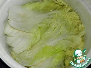 Отварить листья пекинской капусты в кипящей подсоленной воде 10 минут. Затем вытащить их шумовкой.