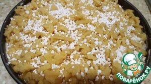 Можно посыпать сверху сахаром. У меня специальные сахарные кристаллы для посыпки. И отправляем пирог в духовку примерно на 30 минут. Ориентируйтесь на свою духовку!