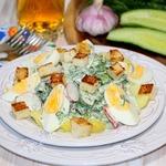 Весенний салат с яйцами и гренками