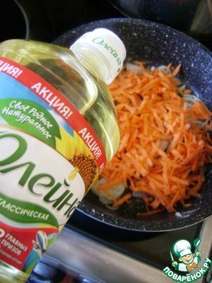 Для первой начинки спассеровать на ложке масла «Олейна» половинку мелко шинкованной луковицы и натертую на средней терке морковь до легкой золотистости. Смешать с вареным рисом, перемешать.