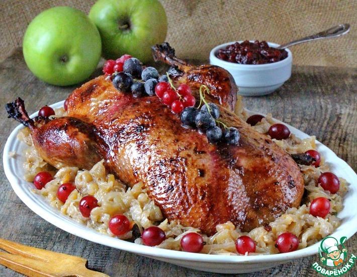 Рецепт: Утка с квашеной капустой и яблоками