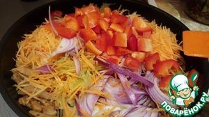 Добавляем остальные овощи. Полить соевым соусом. Добавить сок половинки лимона.