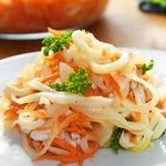 Салат c кальмарами и маринованным луком