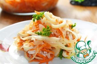 Рецепт: Салат c кальмарами и маринованным луком