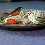 Салат с пряным творогом и овощами
