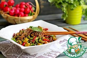 Рецепт: Теплый салат с гречневой лапшой и овощами
