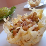 Вкусный салат в сырных корзиночках