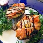 Авокадо на гриле с семгой и яйцом