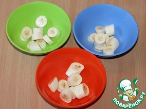 4. Prepare smoothies. Take 3 bowls, peeled and coarsely cut bananas. Arrange the banana slices in the bowls.