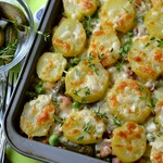 Запечённый картофель с маринованными огурцами и горошком