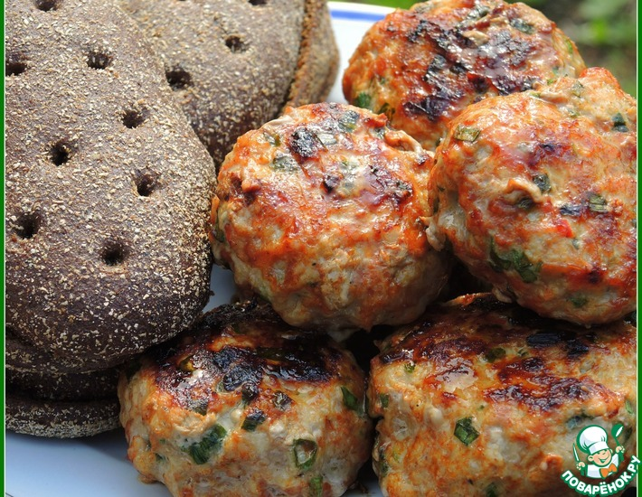 Рецепт: Бургер-гриль из свинины на ржаных краюшках