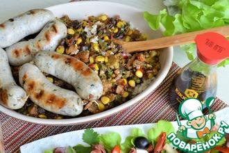 Рецепт: Горчичные колбаски на рисово-овощной подушке