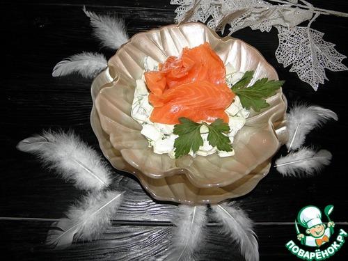 Рецепт Салат из огурцов с красной рыбой