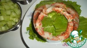 На тарелку выкладываем несколько листиков салата и ставим кольцо.   Раковые шейки выкладываем «бортиком» по внутренней стороне кольца.