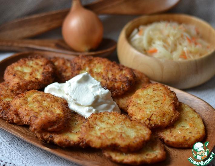 Рецепт: Картофельные драники с квашеной капустой