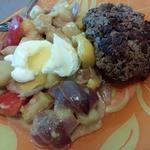 Бифштекс с теплым салатом и яйцом-пашот