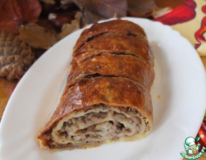 Рецепт: Штрудель мясной с карамельным луком