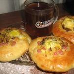 Мини-пиццы с перепелиными яйцами