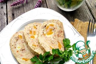 Рецепт: Куриный рулет с сыром, орехами и курагой