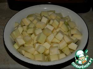 Все ингредиенты даны из расчёта на 1-литровую банку. Кабачки помыть, почистить от кожуры и семян. Нарезать кубиками.