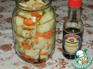 Влить соевый соус, растительное масло и столовый уксус. Оставить минут на 20. Затем банки слегка встряхнуть и, если кабачки осядут, то надо ещё немного доложить.