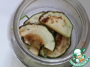 In a clean jar put layers of roasted zucchini