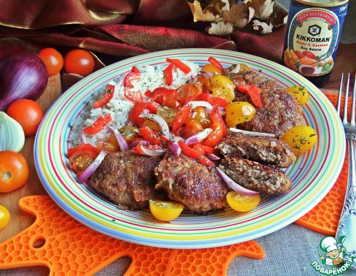 Рецепт: Котлеты Беконистые с салатом и рисом