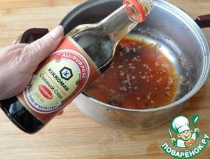 Наливаем сладкий соевый соус Kikkoman.