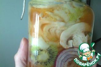 Рецепт: Пекинская капуста с киви, перцем и грибами