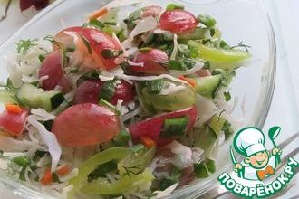 Рецепт: Капустный салат с зеленью и виноградом