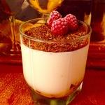 Десерт из сметаны и ягод