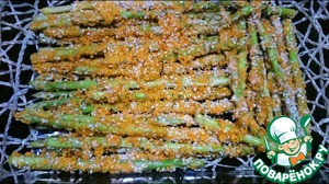 Then the asparagus is placed in the baking form, preferably in a single layer evenly watered sesame oil and sent in a preheated 230 degree oven for 10-15 minutes.