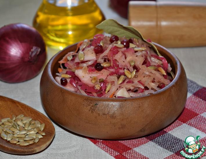 Рецепт: Два капустных салата с маринованным луком