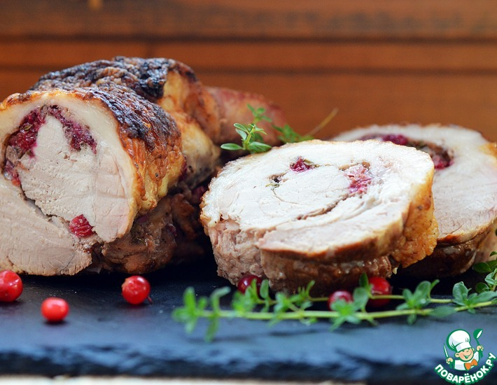 Рецепт: Рулет из свинины с тимьяном и брусникой