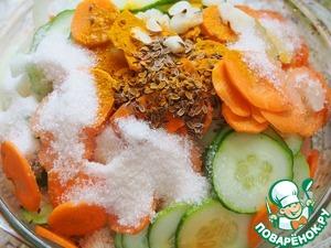 Соединить в огнеупорной форме огурцы, морковь, лук. Добавить к ним воду, уксус, соль, сахар, семена укропа, куркуму и мелко нарезанный чеснок. Перемешать.