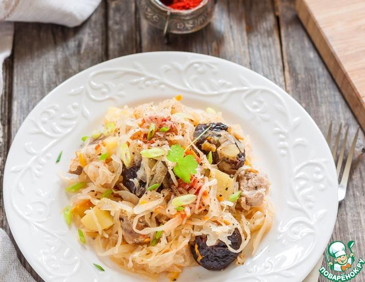Рецепт: Тушеная капуста с картофелем и черносливом
