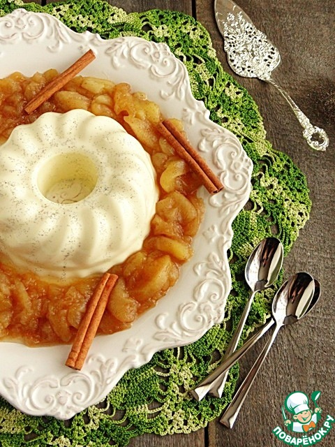 Ванильная панна-котта с яблочным соусом