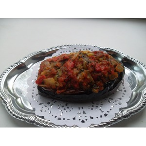 Баклажан с курицей под овощным соусом