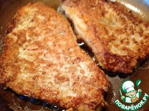 Растительное масло разогреть на сковороде и обжарить отбивные с двух сторон до готовности.