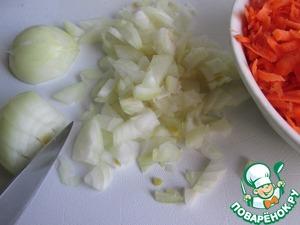 Пока капуста остывает, готовим начинку. Отдельно отвариваем рис (15-20 минут) и красную чечевицу (10 минут). Жидкость сливаем через сито и остужаем.    Лук мелко режем, морковь трём на крупной тёрке.