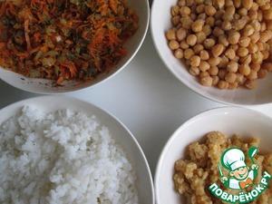 Собираем вместе все составляющие начинки: лук с морковью, нут, рис и красную чечевицу. Всё хорошо перемешиваем и, если надо, то добавляем соль, перец и специи.