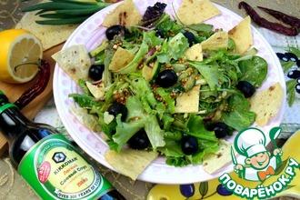 Рецепт: Салат Зелёный с оливками и чипсами