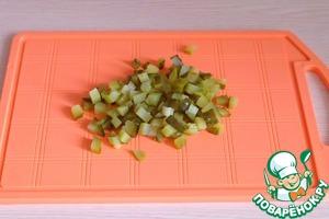 Маринованные огурцы порезать мелкими кубиками.