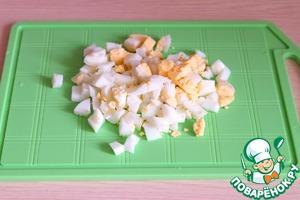 Яйца отварить, порезать кубиками.