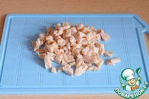 Куриное филе отварить в подсоленной воде, порезать кубиками.