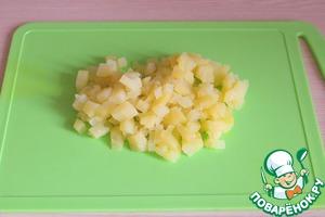 Картофель отварить в подсоленной воде, порезать мелкими кубиками.