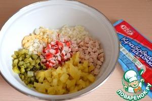 Все ингредиенты для салата добавить в миску.
