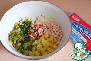 Добавить по вкусу соль и измельченную зелень укропа. Заправить салат майонезом.