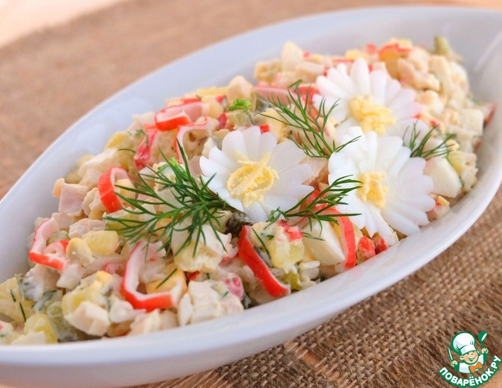 Рецепт: Салат с крабовыми палочками и курицей